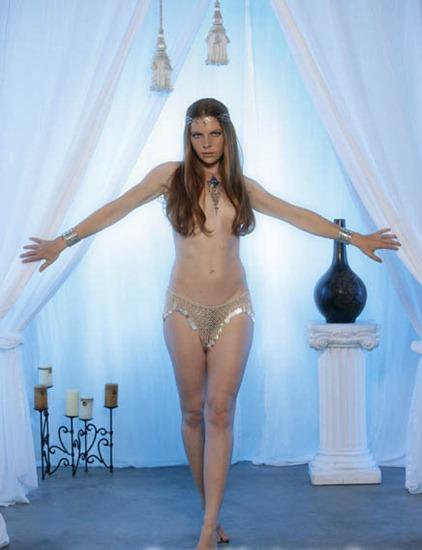 bm_jessel-miya_posing_as_a_medieval_queen